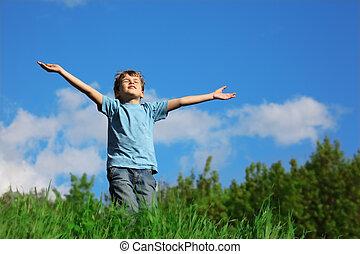 debout, garçon, enduisage, ciel, contre, champ, mains