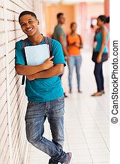 debout, garçon, livres, collège, africaine