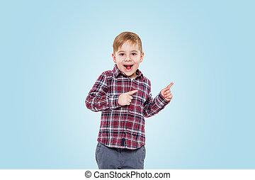 debout, garçon, peu, pointage, loin, doigt, surpris