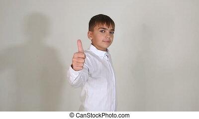debout, garçon, pouce haut, jeune, fond, blanc, studio., spectacles, chemise