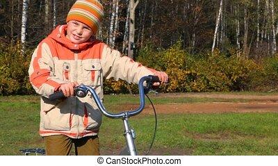 debout, garçon, vélo, forêt, contre