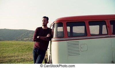 debout, garçon, voiture, countryside., jeune, roadtrip, par