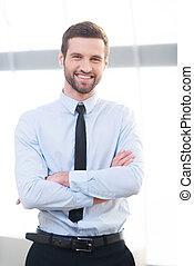 debout, garder, business, expert., jeune, bras, confiant, quoique, intérieur, traversé, homme affaires, sourire