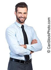 debout, garder, chemise, business, expert., jeune, contre, bras, confiant, quoique, traversé, fond, cravate, homme souriant, blanc, beau