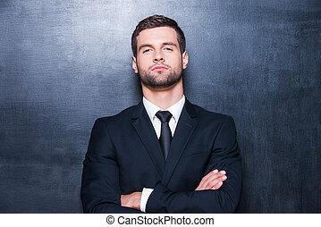 debout, garder, chemise, tableau noir, jeune, contre, business., regarder, confiant, quoique, appareil photo, armes traversés, cravate, homme, beau