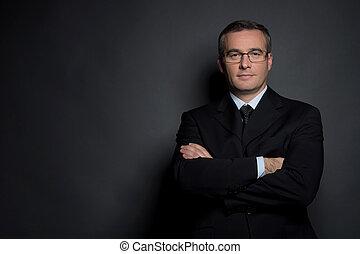 debout, garder, sien, isolé, âge moyen, gris, formalwear, bras, regarder, confiant, quoique, appareil photo, businessman., traversé, homme