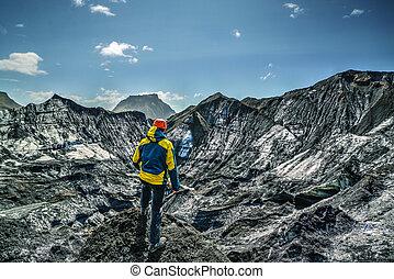 debout, glacier, cratère, vulcano, devant, homme