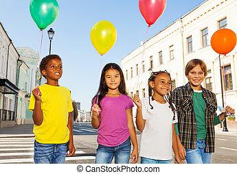 debout, gosses, ballons, coloré, équipe