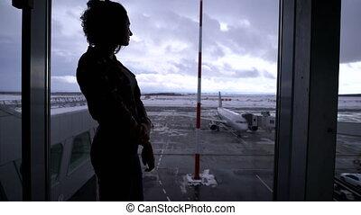 debout, gris, aéroport, femme, silhouette, aircraft., ciel, jeune, contre, runway., regarder, fenêtre, avions, grand, girl, territoire, dehors