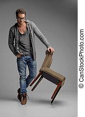 debout, gris, hommes, jeune, isolé, regarder, quoique, appareil photo, chair., penchant, chaise, beau, lunettes