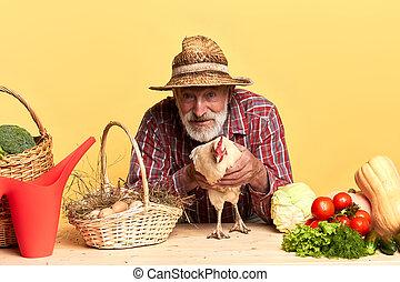debout, gris, poule, bois, derrière, attraper, paysan, table, barbe