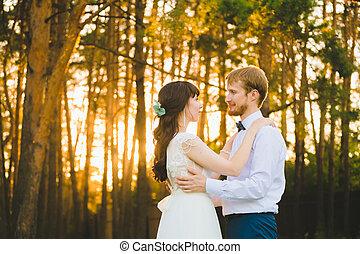 debout, gros plan, nouveaux mariés, couple, forêt pin, portrait