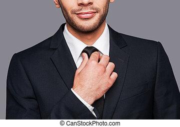 debout, gros plan, sien, collier, cravate, ajustement, gris, formalwear, jeune, quoique, contre, fond, blanc, confidence., homme