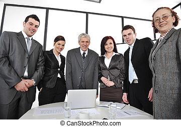 debout, groupe, bureau, professionnels, sourire