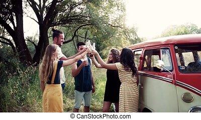 debout, groupe, campagne, roadtrip, par, dehors, tintement, bottles., amis