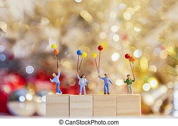 debout, groupe, famille, bois, miniature, year., 2018, tenue, fête, nouveau, ballons, heureux