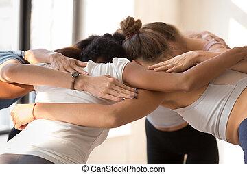 debout, groupe, préparer, ensemble, embrasser, competiti, femmes