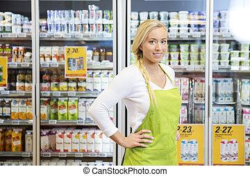 debout, hanche, épicerie, ouvrier, femelle transmet, magasin