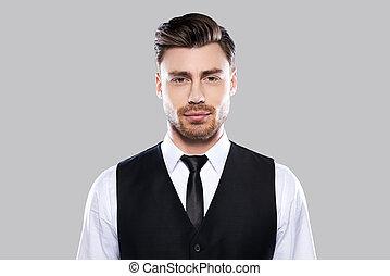 debout, handsome., jeune, formalwear, gris, regarder, confiant, quoique, appareil photo, contre, fond, portrait, beau, homme