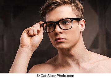 debout, handsome., sien, ajustement, métal, jeune, contre, eyewear, confiant, quoique, fond, homme, beau