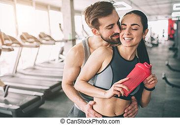 debout, haut., sien, happy., couple étreindre, gym., surprenant, coupure, elle, girlfriend., fin, vue., type, regarde