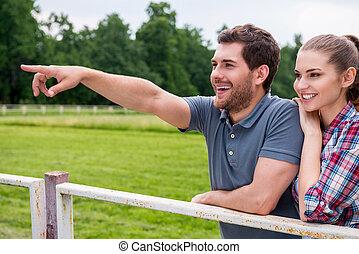 debout, heureux, fun., pointage, couple, ranch, jeune, quoique, autre, vue, loin, chaque, fin, homme souriant, côté, aimer