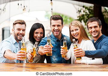 debout, heureux, groupe, gens, étirage, jeune, quoique, bonne disposition, bière, autre, dehors, friends!, bouteilles, chaque, liaison, dehors