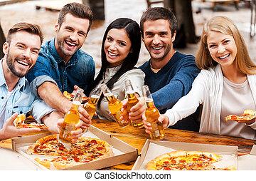 debout, heureux, groupe, gens, étirage, jeune, you!, quoique, bonne disposition, bière, autre, dehors, bouteilles, chaque, liaison, dehors