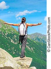 debout, heureux, touriste, bras, bord, tendre, falaise roche, côté, dehors