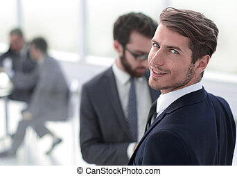 debout, homme affaires, moderne, jeune, bureau