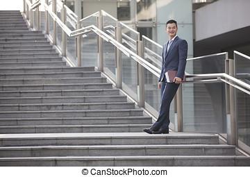 debout, homme affaires, outdoors., asiatique