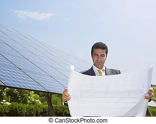 debout, homme affaires, panneaux, solaire