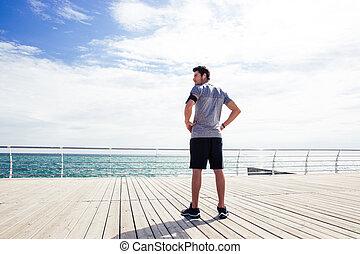 debout, homme, dehors, mer, sports