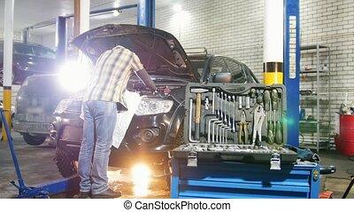 debout, huile, service., vérification, mécanicien voiture, ouvrez capuchon, homme