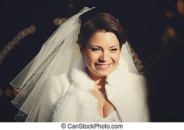 debout, image, brunette, manteau fourrure, mariée, dehors, sourire