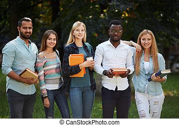 debout, image, groupe, multiethnic, étudiants, diplômés, outdoors.