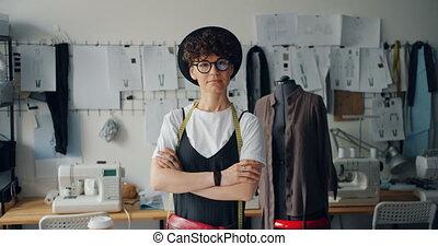 debout, indépendant, femme, bras, concepteur, studio, ...