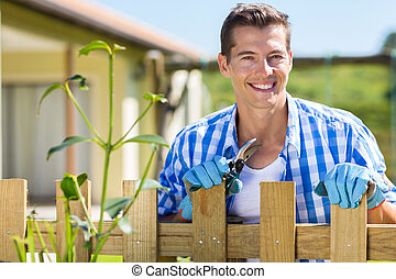 debout, jardin, barrière, jeune, maison, homme