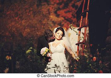 debout, jardin, mariée, quoique, groom's, baiser, apprécie