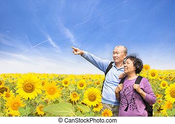debout, jardin, tournesol, couple, personne agee, heureux