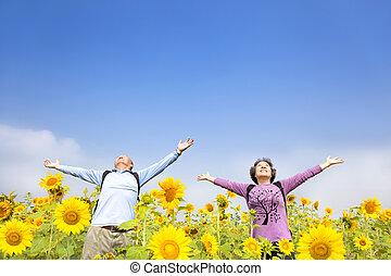 debout, jardin, tournesol, décontracté, couples aînés