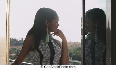 debout, jeune, admirer, noir, élégant, girl, balcon, robe, vue