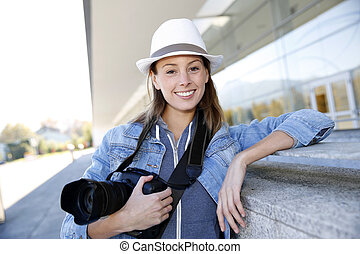 debout, journaliste, photo, dehors, appareil photo, sourire