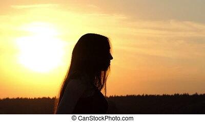 debout, lent, fermé, motion., coucher soleil, silhouette, girl