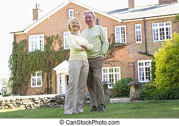 debout, leur, couples dehors, maison