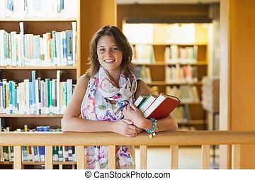 debout, livres, étudiant féminin, bibliothèque