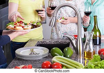 debout, lunettes, cuisine, sandwichs, vin, femmes