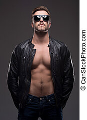 debout, lunettes soleil, gris, manteau cuir, jeune, isolé, élégant, homme, man., beau