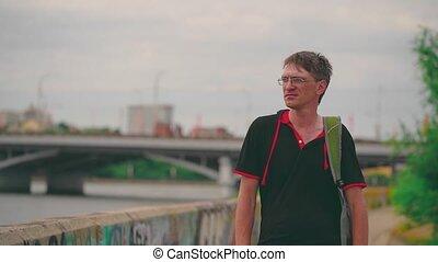 debout, mâle, vue., adulte, beau, loin, embankment., regarder, lunettes, apprécier, homme, mûrir