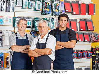 debout, magasin, vendeurs, bras, matériel, traversé